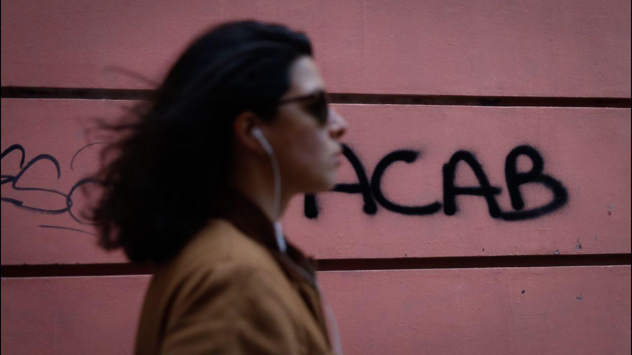 Calle Pastoriza. Estas siglas están en buena parte de las paredes de la ciudad.