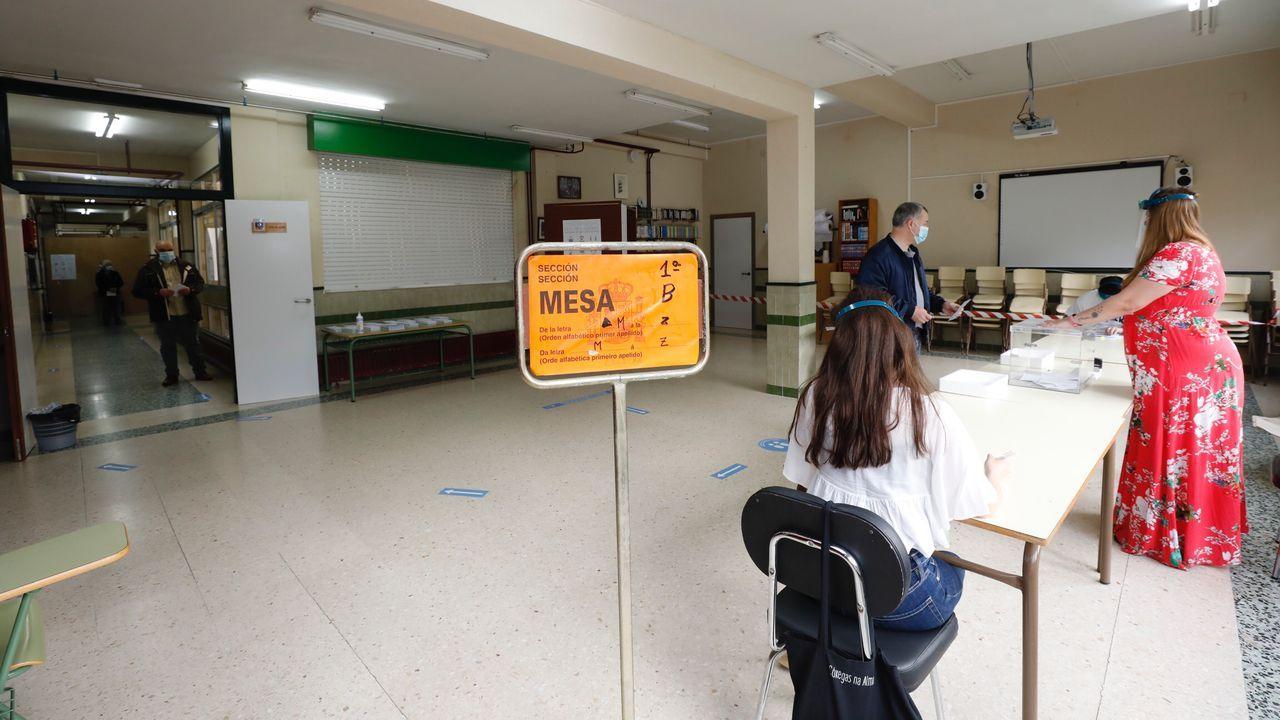 Gente votando en un colegio de Viveiro