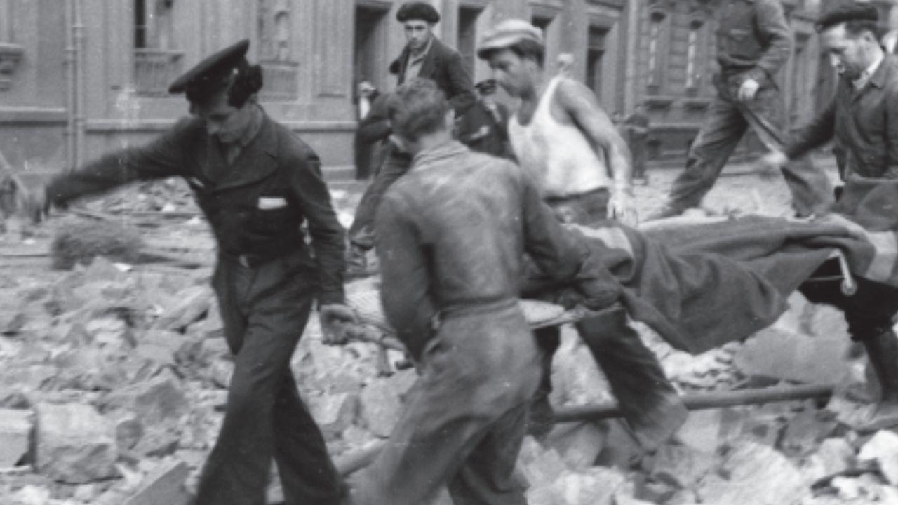 Interior del refugioantiáereo de Cimavilla.Rescate de heridos, tras un bombardeo, entre las calles Capua y Valdés