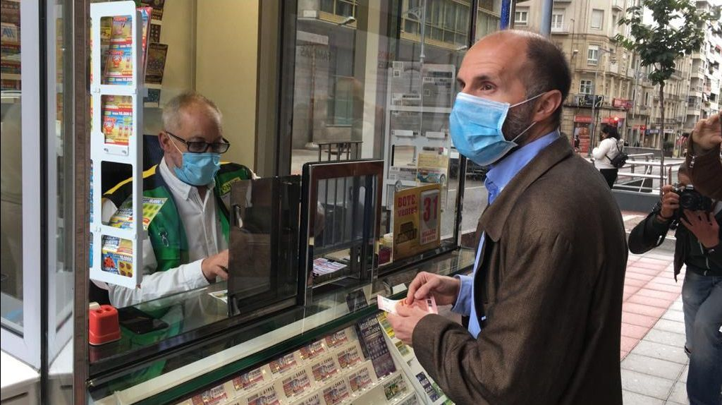 Mitin de Pedro Sánchez en Ourense.Gonzalo Pérez Jácome apoyó públicamente este martes a la ONCE comprando un cupón ante los medios de comunicación