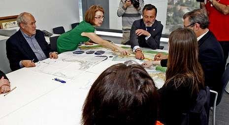 Así es el reportaje de TVE.El conselleiro de Medio Ambiente, al fondo de la foto, ofreció su colaboración a Vilaboa.