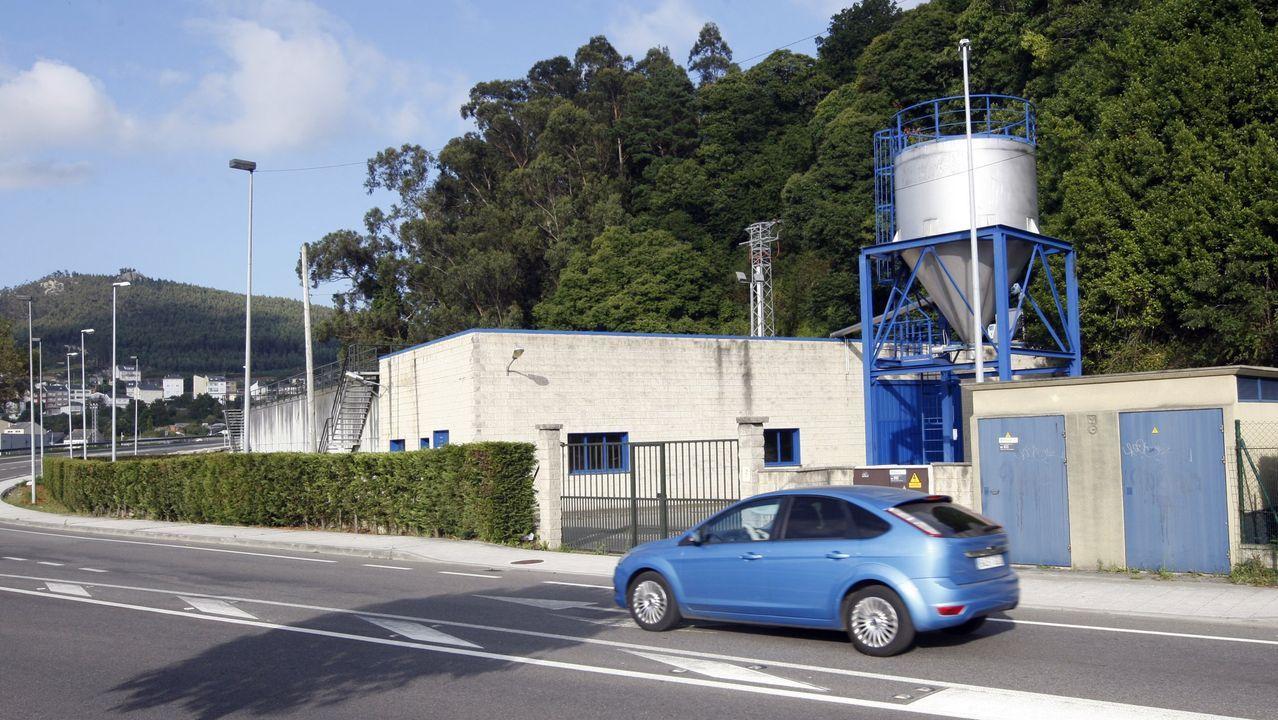 Funcionarios en las dependencias de la Xunta en San Caetano