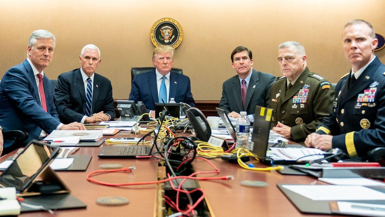 EE.UU. publica las primeras imágenes y vídeos de la operación en la que murió Al Baghdadi en Siria.«Bin Laden fue una gran cosa, pero esta es la más grande». Trump se jactó de que la muerte de Al Bagdadi eclipsa la de Osama Bin Laden ordenada por Barack Obama. Sin embargo, la Casa Blanca publicó una foto en la sala de situaciones siguiendo la operación en Siria, emulando así la de su predecesor contra el refugio en Abbotabad del líder de Al Qaida en el 2011.