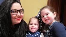 Saray Chao con sus dos hijas