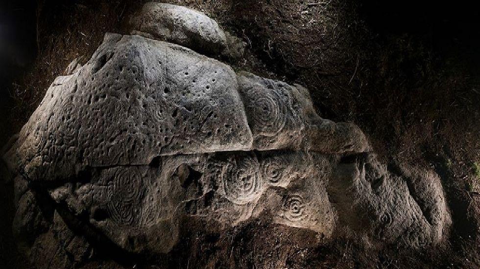 Uno de los petroglifos incluidos en las visitas nocturnas