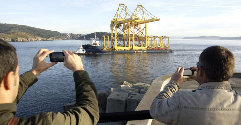 Las grandes grúas para la terminal llegaron en diciembre del 2012 por mar desde Algeciras.