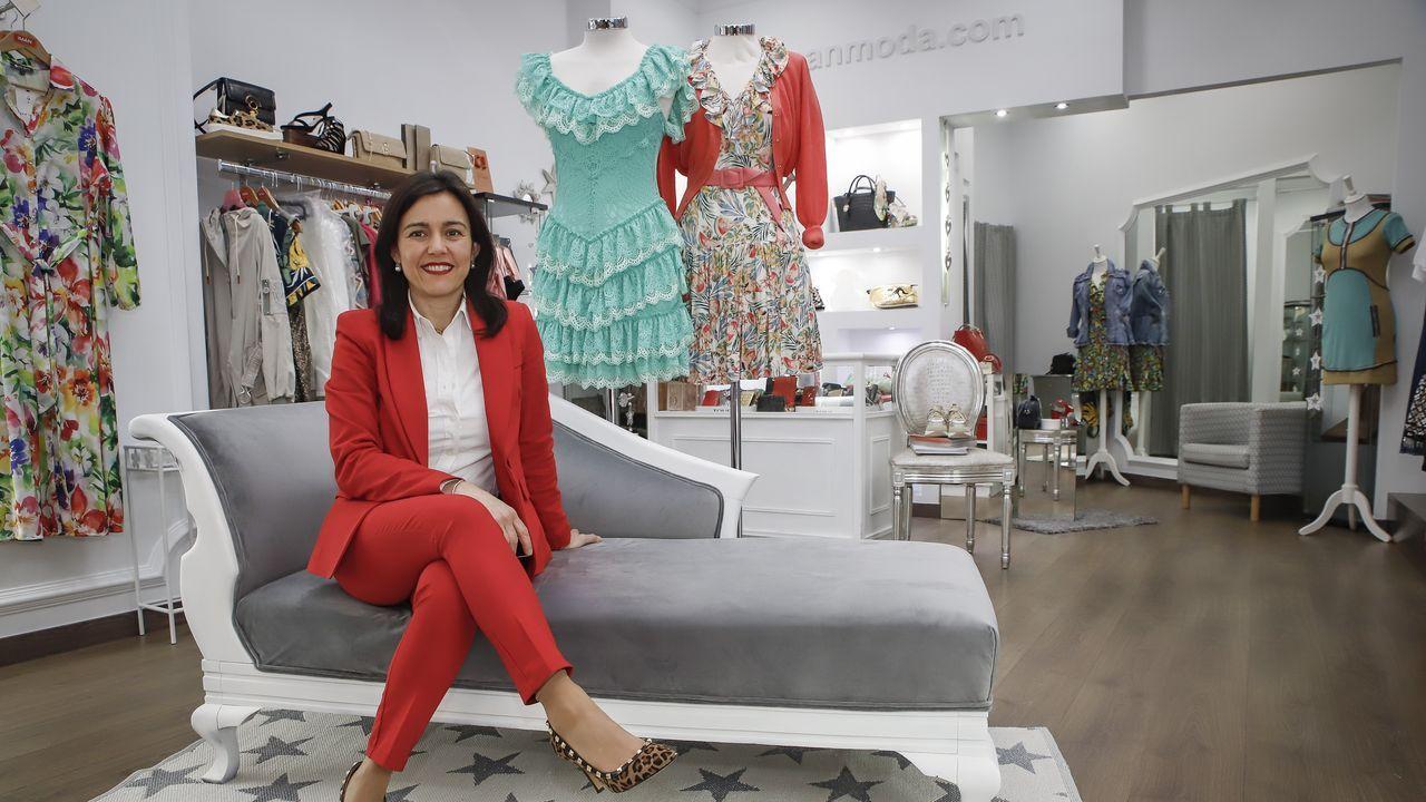 Eva Queiruga alquiló hace un año un bajo para abrir una tienda de ropa y complementos en Ribeira