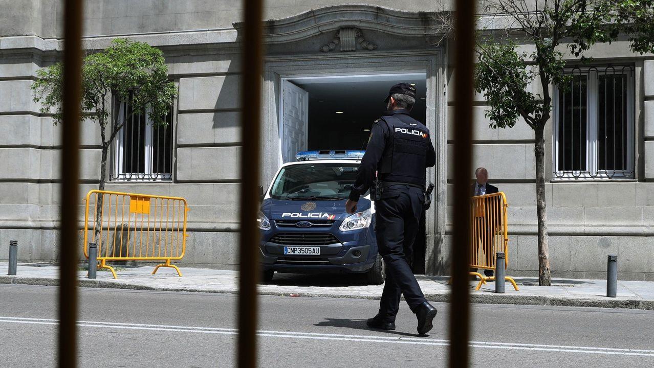 Llegan los primeros al Son do Camiño.Un furgón policial en el Tribunal Supremo