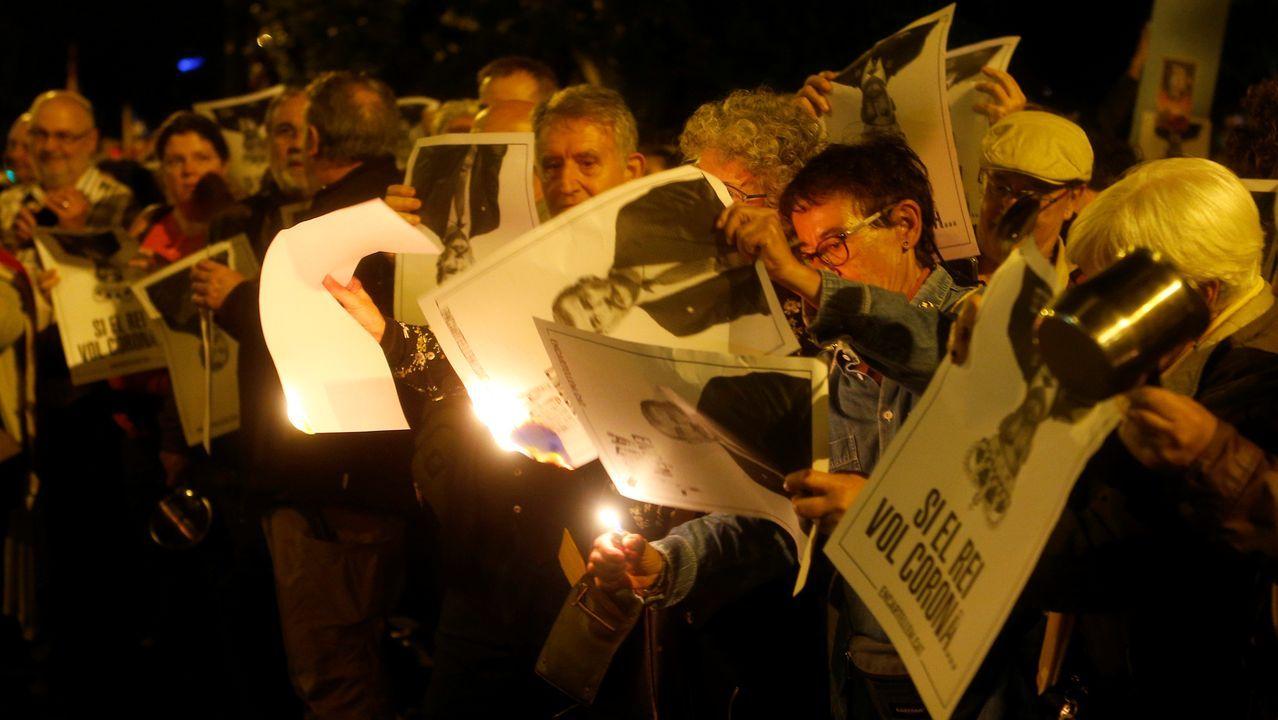 Independentistas queman fotos de Felipe VI durante los actos de protesta por la visita del rey a Barcelona