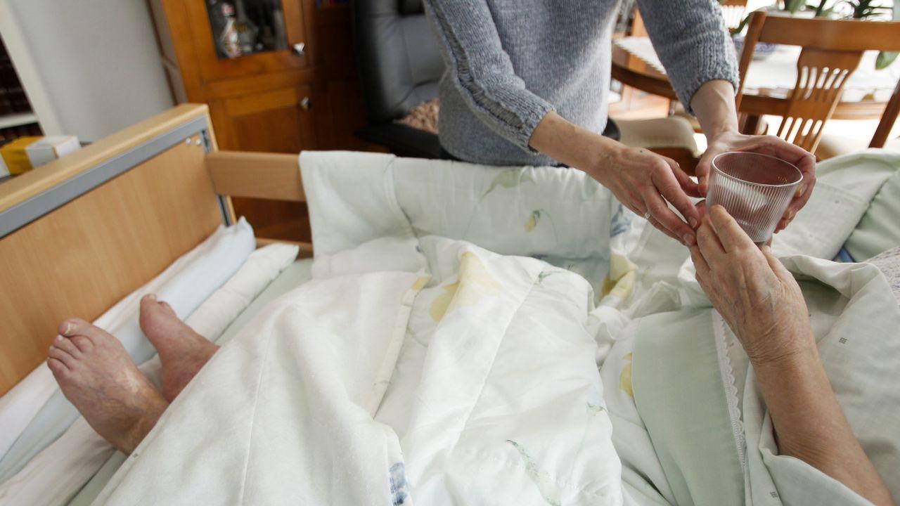 Imagen de archivo de una usuaria de ayuda en el hogar en Galicia con un familiar