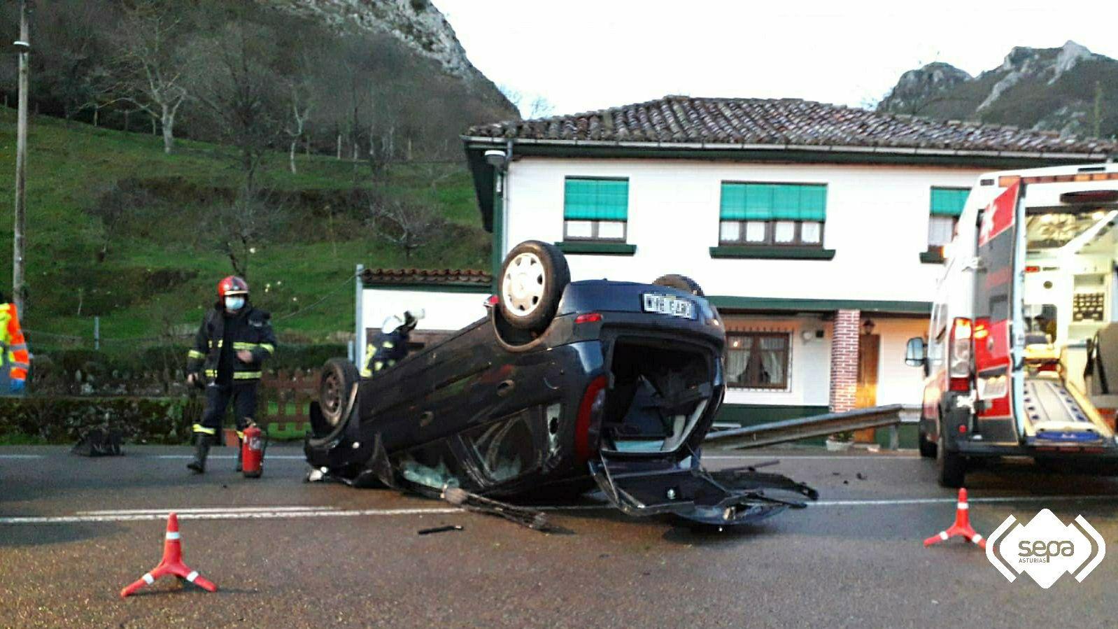 La borrasca «Karim» desploma el techo del polideportivo de El Berrón.Accidente de tráfico en Fríes, en Ribadesella