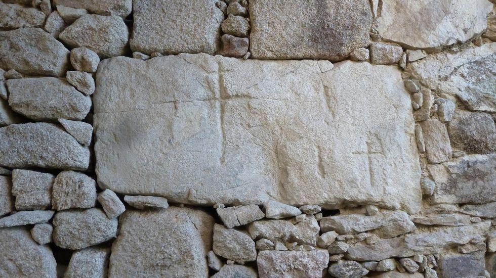 Cruces en Proendos. Nunha casa da aldea conservánse uns vellos gravados de orixe incerta