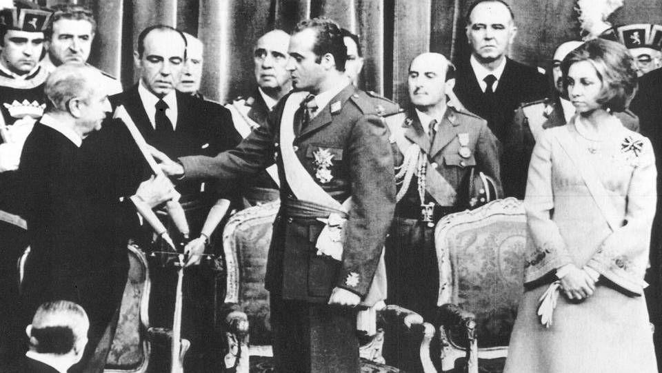 El 22 de noviembre de 1975, dos días después del fallecimiento del dictador, Juan Carlos juró los principios del movimiento, momentos antes de ser proclamado rey de España. Junto a él, la Reina doña Sofía.