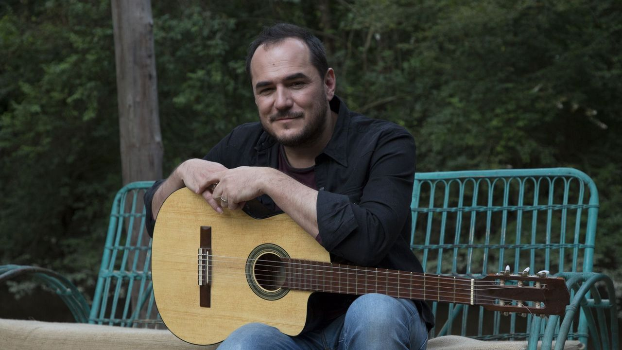 El cantante y compositor Alejandro Sanz aplaude la actuación de un grupo de indígenas durante la cumbre del clima de Madrid