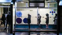 Paris, varias personas esperan para entrar en un laboratorio a realizarse la prueba del covid-19
