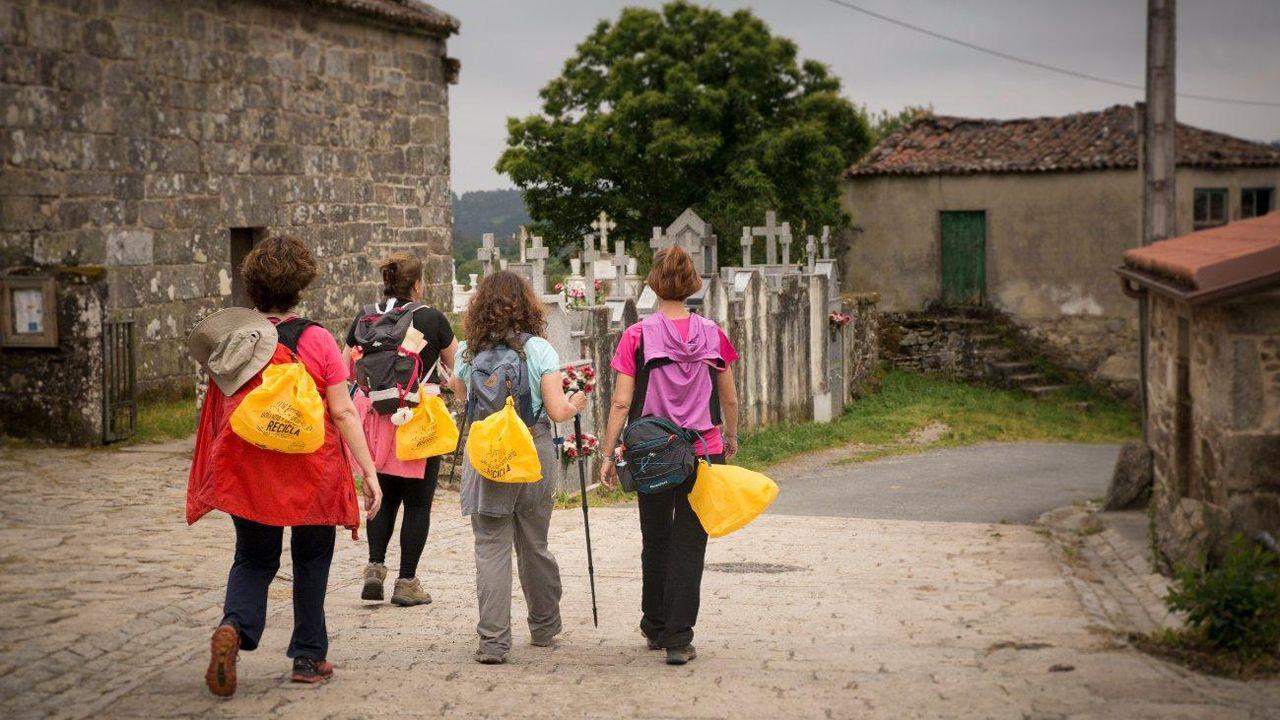 Hunosa.Un grupo de peregrinas a su paso por el Camino de Santiago