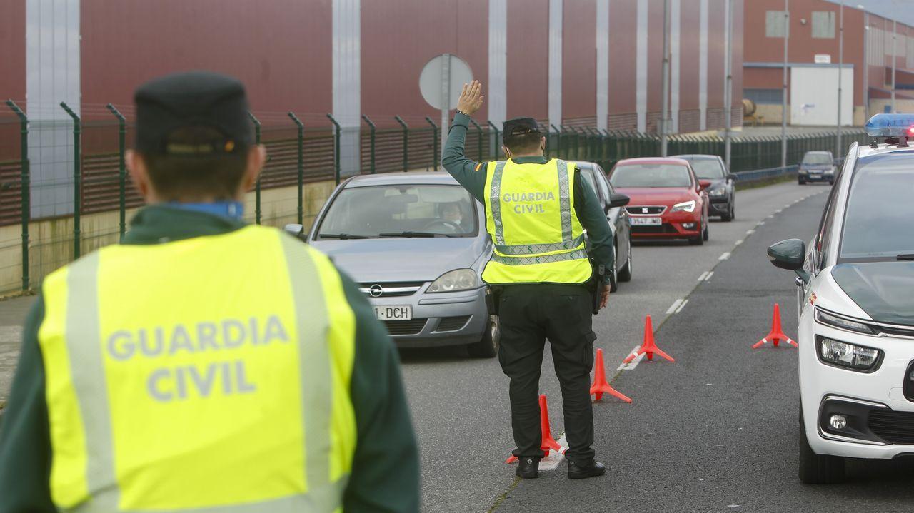 Agentes de la Guardia Civil del destacamento de Tráfico de Ferrol en un reciente control en la carretera de As Pías