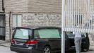 Un coche fúnebre aparcado en el Hospital Gregorio Marañón de Madrid