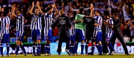 Buen ambiente y pruebas físicas en el entrenamiento del Dépor.Los deportivistas festejan junto a Fernando Vázquez el triunfo sobre el Zaragoza, el tercero consecutivo y                                         que los devuelve a la lucha por la permanencia en Primera División.