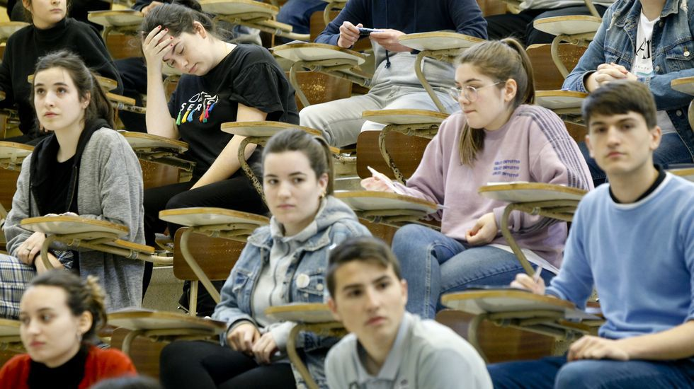 Alumnos en la segunda jornada de selectividad en la facultad de Económicas de Santiago