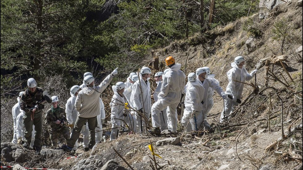 Los forenses continúan trabajando en la zona el accidente del Germanwings.Restos del avión de Germanwings estrellado en los Alpes