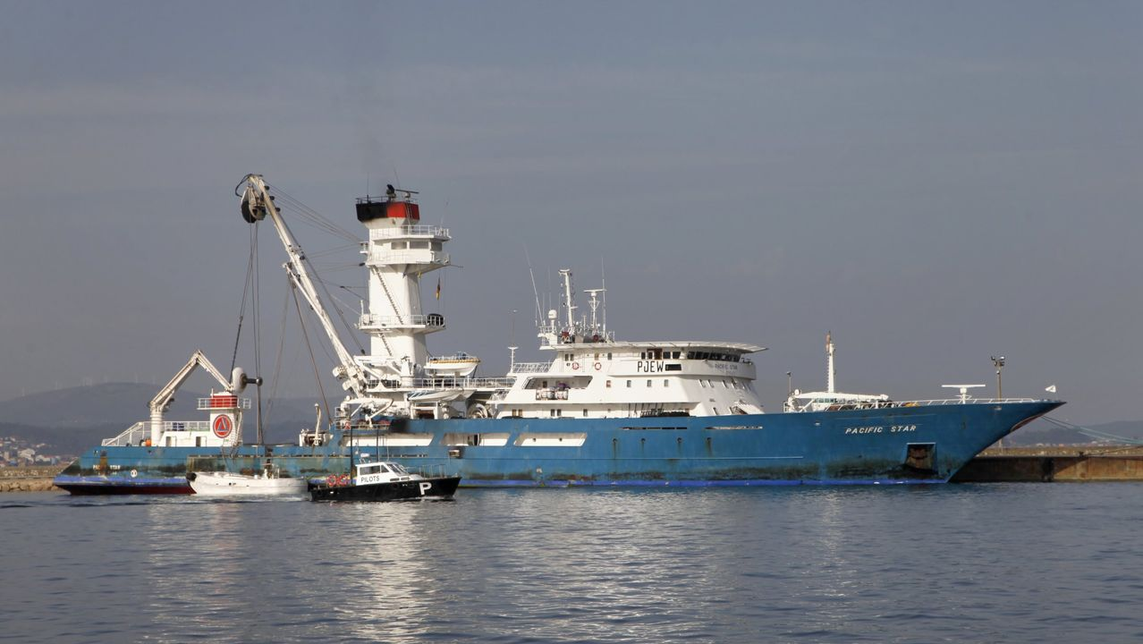 Mili.Un atunero en el puerto de A Pobra do Caramiñal