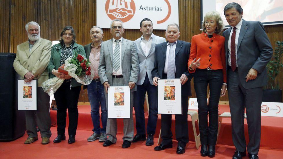 El presidente del Principado, Javier Fernández (d), la exvicepresidenta del Gobierno, María Teresa Fernández de la Vega (2d), el secretario general de UGT, Pepe Álvarez (3i), entre otros premiados, tras finalizar el acto de entrega de los Premios Primero de Mayo de UGT Asturias, en Oviedo.