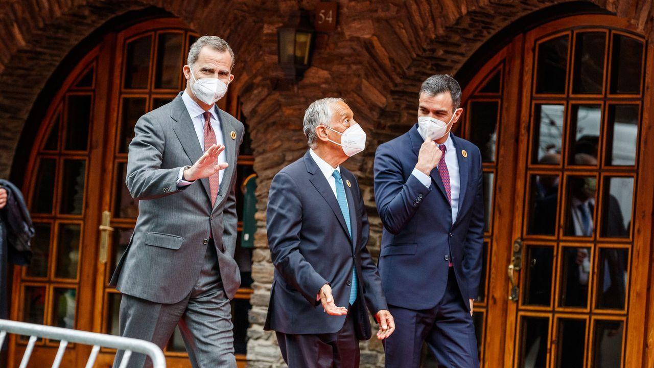 Felipe VI, el presidente de Portugal, Marcelo Rebelo de Sousa, y  Pedro Sánchez a su llegada al hotel Sport Village para la reunión plenaria de la XXVII Cumbre Iberoamericana.