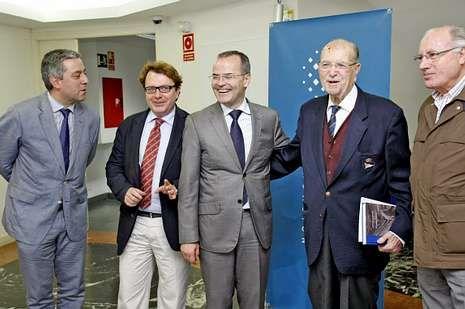 Llegada triunfal de Feijoo al comité de dirección del PP gallego.Juan Salle con Albor el día en que nombraron a este socio de honor.