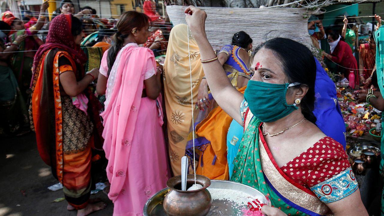 Las mascarillas han llegado también a los ritos de las mujeres hindúes