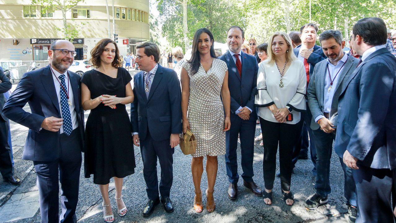 La presidenta de la Comunidad de Madrid, Isabel Díaz Ayuso, asiste a la ofrenda floral ante el cuadro de la Virgen de la Paloma en Madrid. A su izquierda está el alcalde de Madrid, José Luis Martínez-Almeida, y la vicealcaldesa de la capital, Begoña Villacís