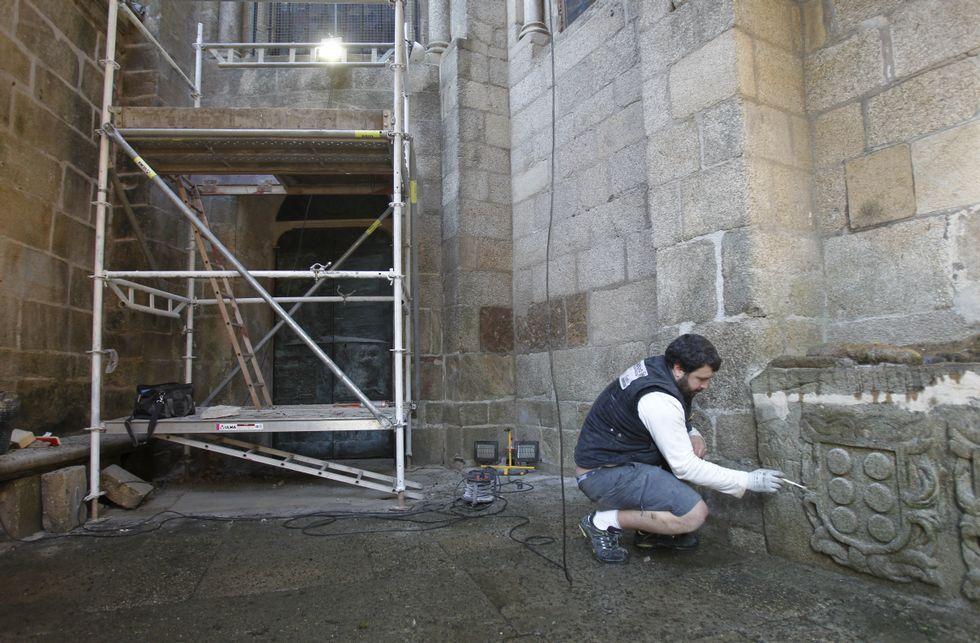 Apertura de la puerta de la misericordia de la Catedral de Santiago.Público ante la Puerta Santa poco antes de iniciarse los actos. A la derecha, seguridad en el templo