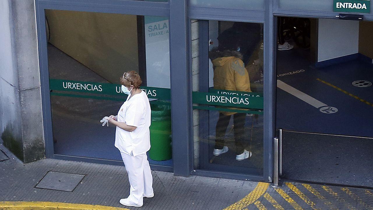 Premios Cidade de Pontevedra a Paula Dapena y los sanitarios.Entrada del servicio de urgencias del Hospital Montecelo, en Pontevedra