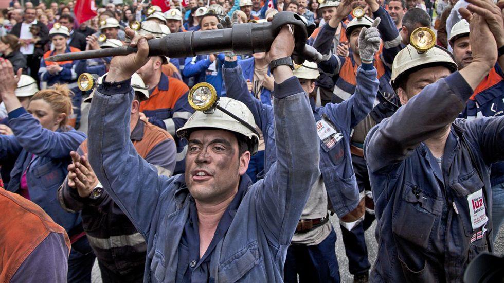 Espectacular protesta de Greenpeace contra Trump en Washington.Manifestación en Langreo durante la huelga general de las cuencas mineras. 18 Junio 2012