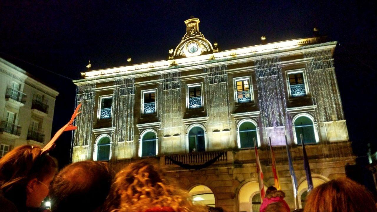 Encendido de las luces de Navidad en la plaza Mayor, con la casa consistorial iluminada