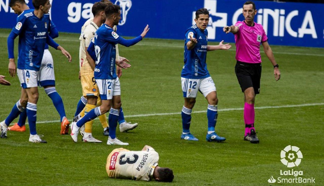 Los futbolistas del Real Oviedo protestan el penalti ante el Espanyol