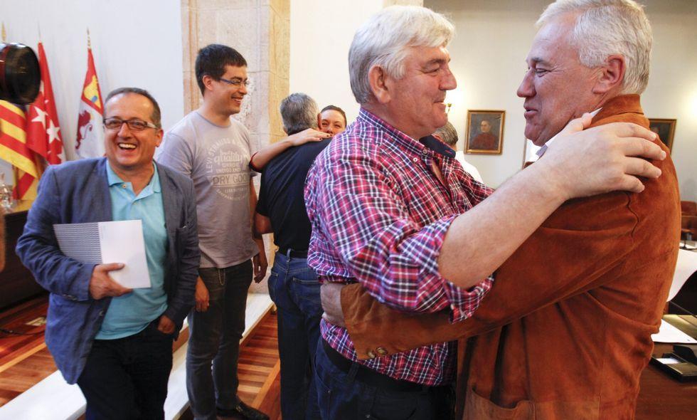 Pensado abrazando efusivamente a Martínez, mientras Veiga evitó al candidato del PSOE.