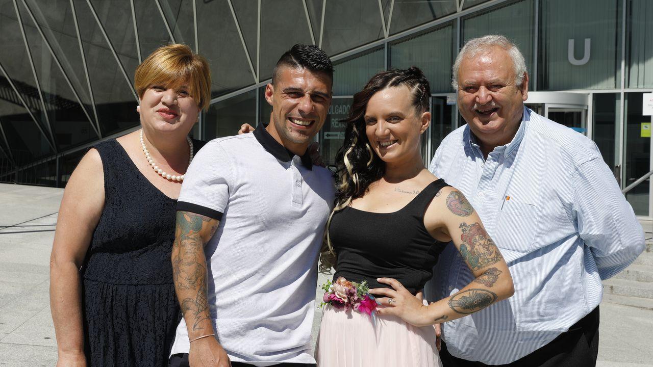Iván y Noemí, recién casados, rodeados por sus testigos de boda, Esperanza y Antonio