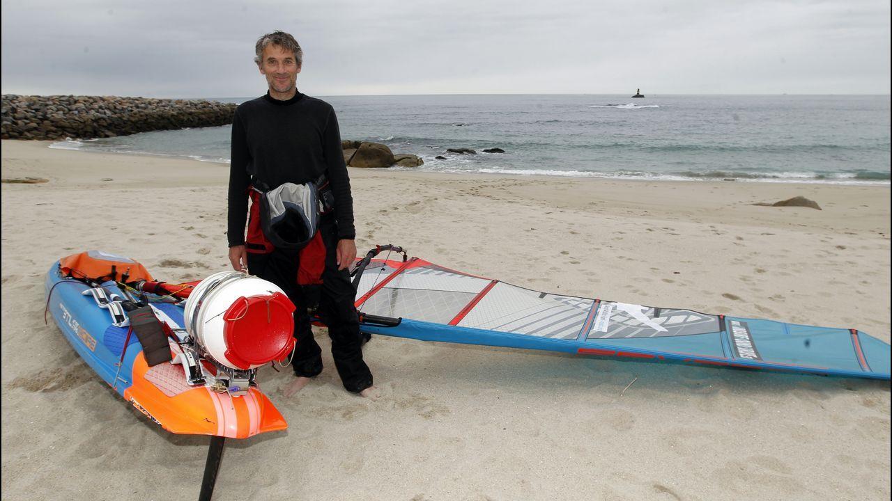 Llega a A Mariña dando la vuelta a Europa en tabla de windsurf.Muchos visitantes se asoman a los acantilados para disfrutar del paisaje o para hacer las mejores fotos