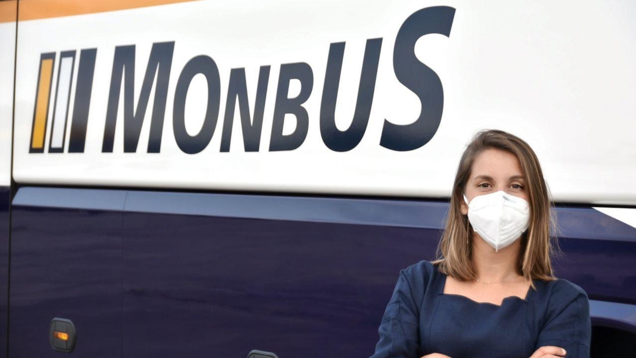«Al principio éramos apestados».Alba López, directora de Márketing de Monbus, posa ante uno de los autobuses de la empresa