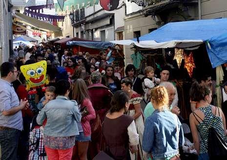 Las calles de Viveiro se abarrotan cada año de visitantes que acuden al mercado renacentista.