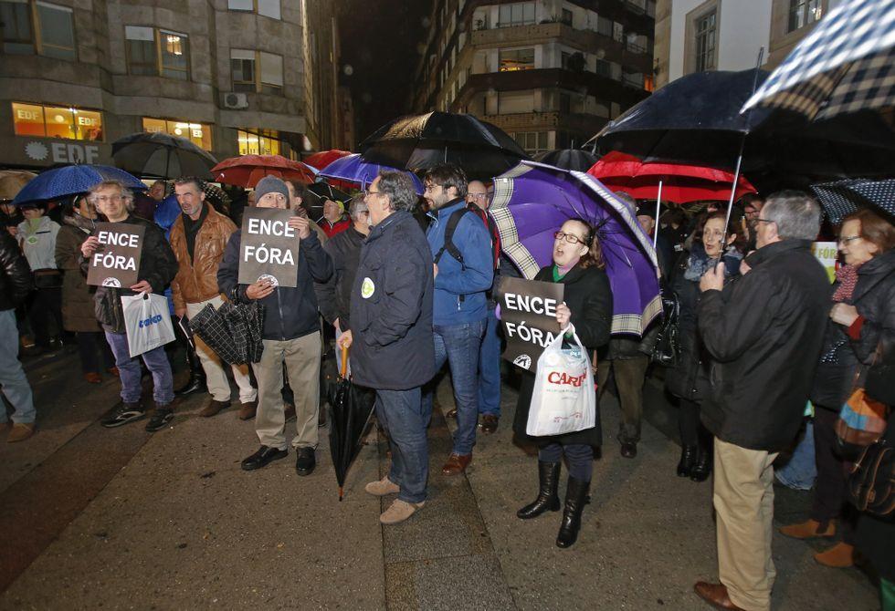 El Algarrobico, a un paso de ser demolido tras diez años de retraso.La protesta ante la sede provincial del PP se desarrolló bajo una fina pero intensa lluvia.