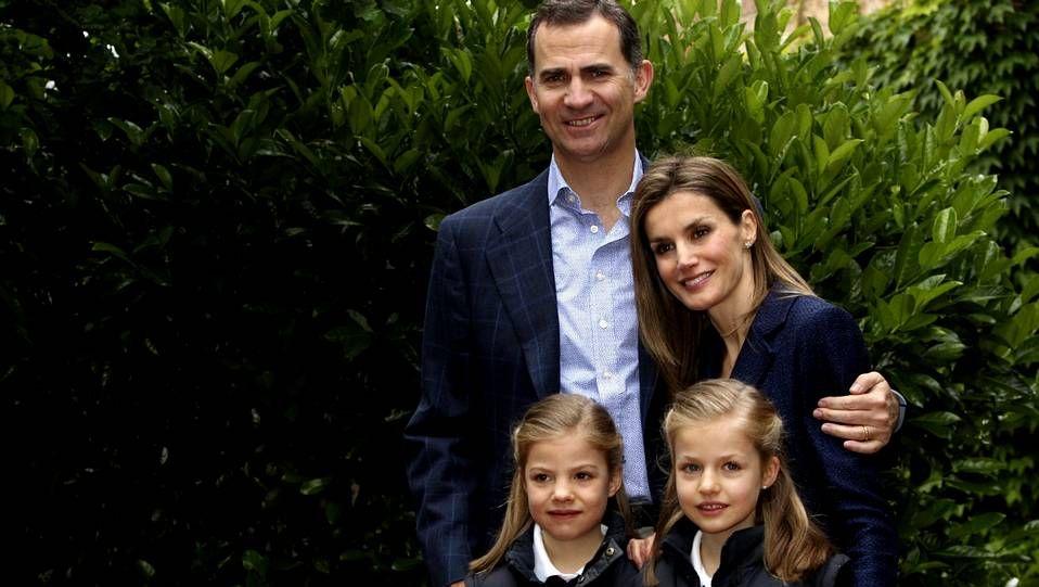 La infanta Leonor con su hermana Sofía y sus padres el día del décimo aniversario de boda del príncipe Felipe y Letizia Ortiz