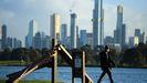 Una persona con mascarilla camina porAlbert Pak en Melbourne, Australia