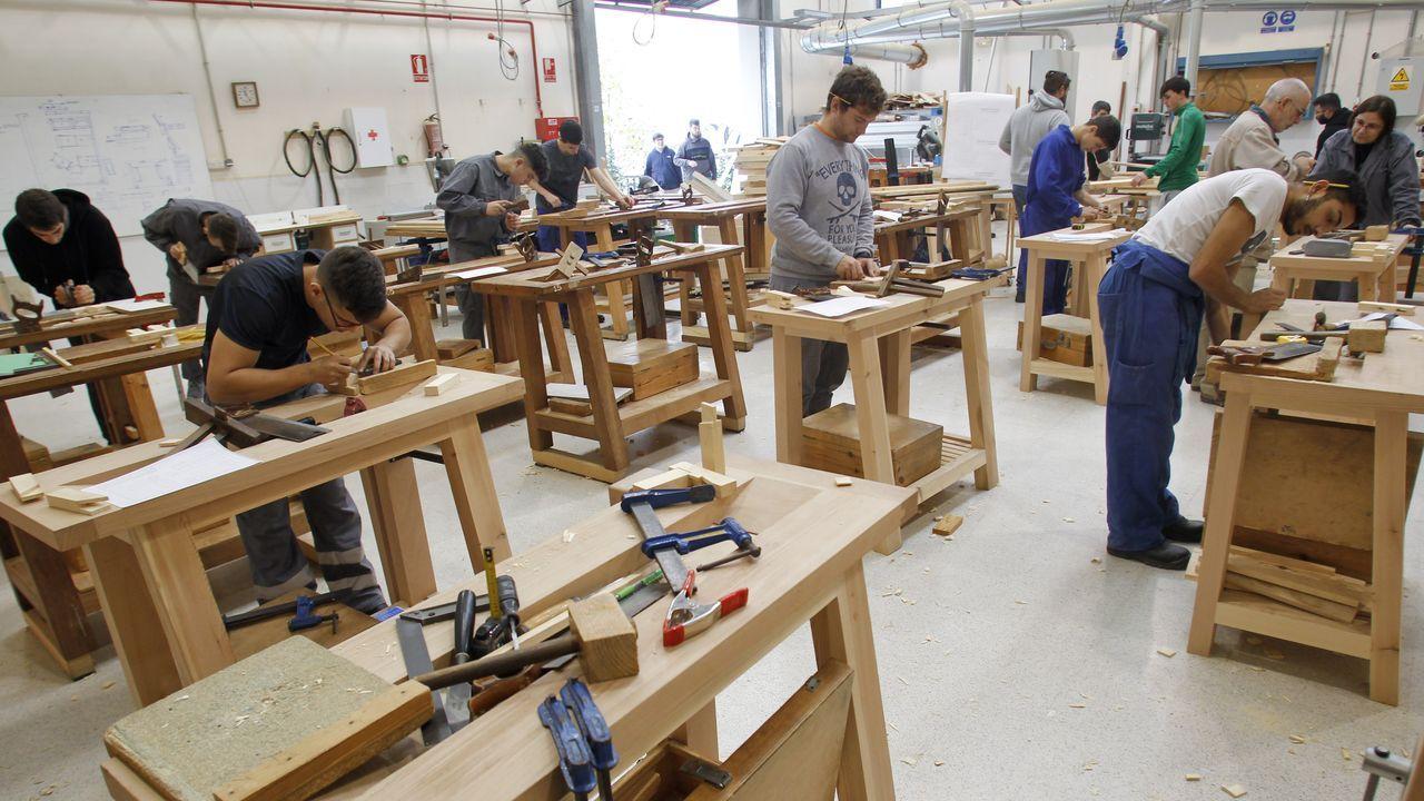 Los trabajadores de Barreras cortan el tráfico en Vigo para pedir soluciones para el astillero.En la imagen, uno de los talleres del centro en los que adquieren sus habilidades los alumnos de los ciclos de madera