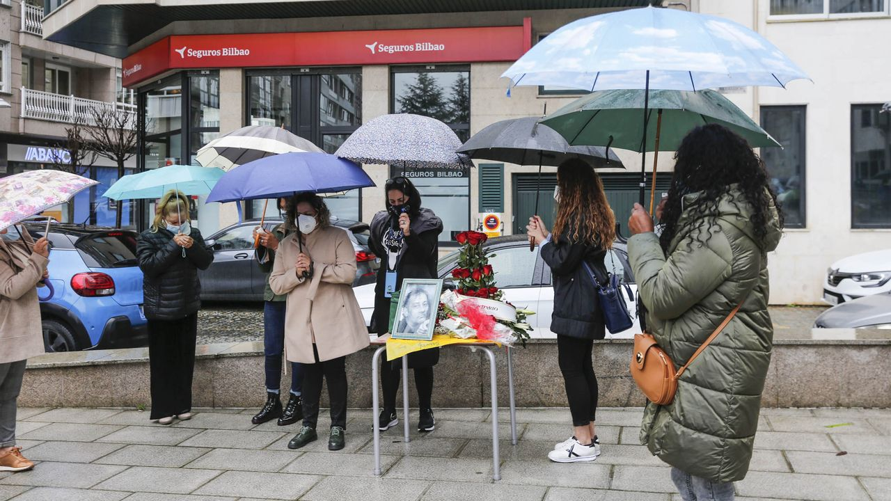 Vuelta a la actividad presencial en el Campus.Homenaje de varios vecinos al camarero fallecido