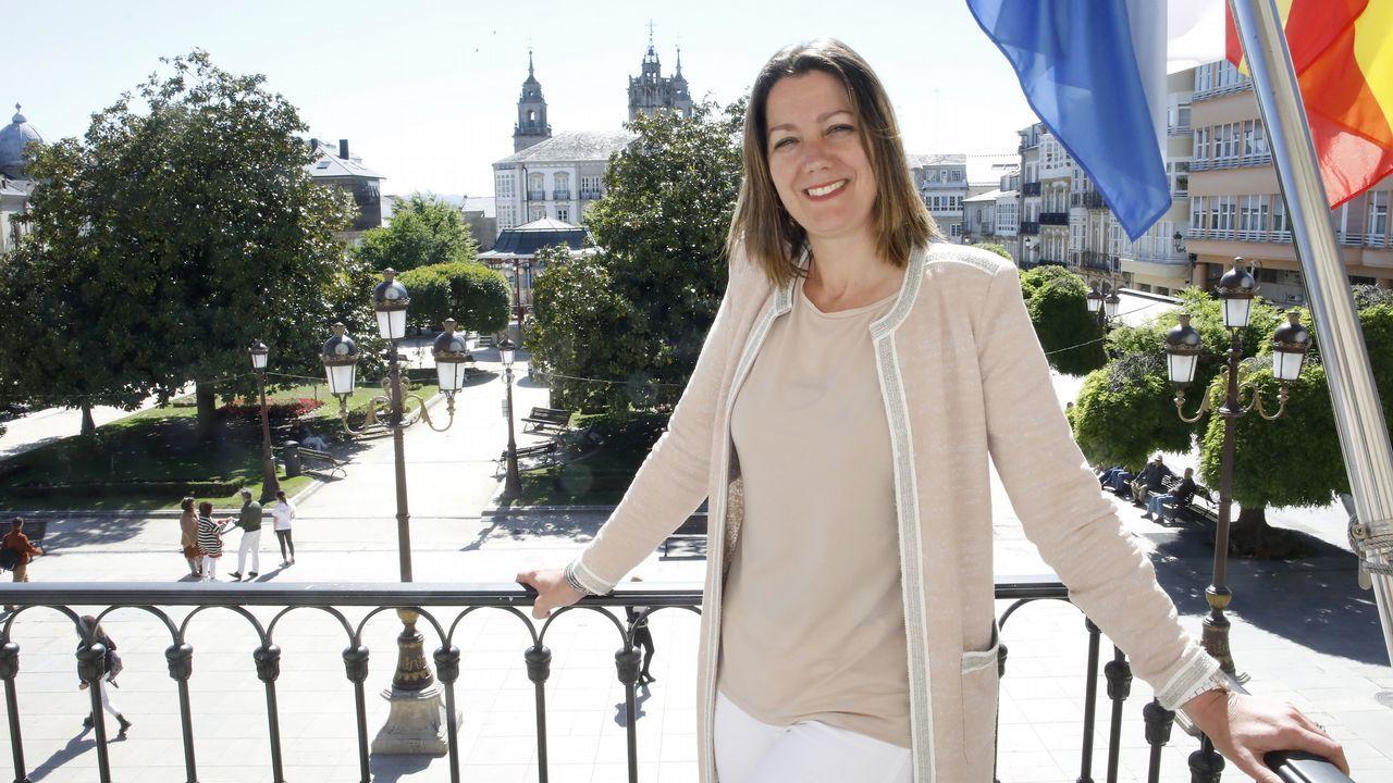 A alcaldesa en funcións de Lugo, desde o balcón do seu despacho da Casa Consistorial