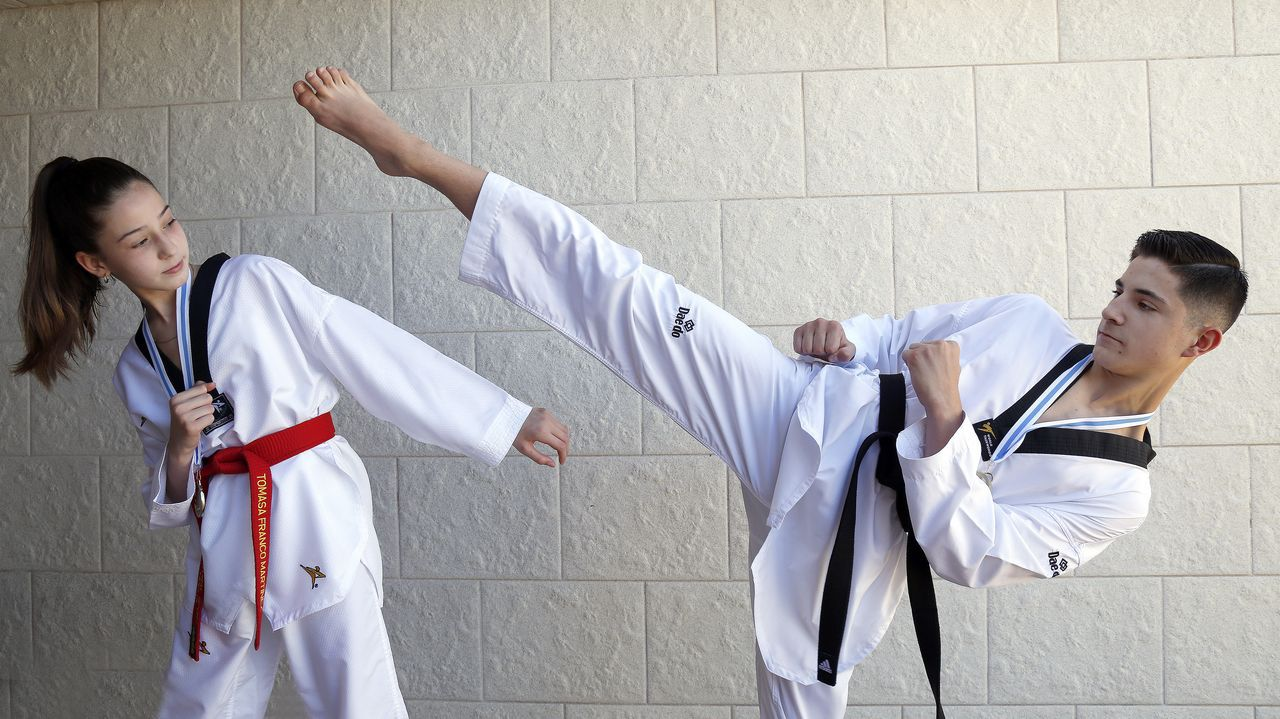 Tomasa y Borja Domingo Franco Martínez, que ganaron el campeonato gallego de taekuondo en sus categorías