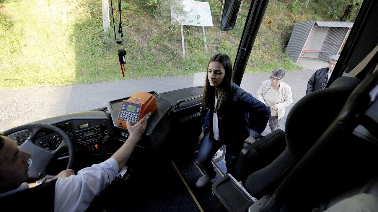 Caos por los cambios de los buses.La parada del bus en Trives esta delante del consistorio