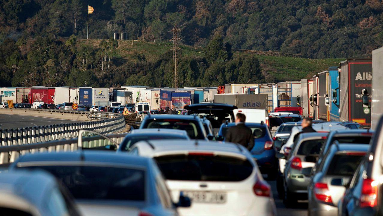 Decenas de vehículos permanecen atrapados durante la retención que ha provocado en la autopista AP-7 el corte que han realizado grupos independentistas a la altura de Girona